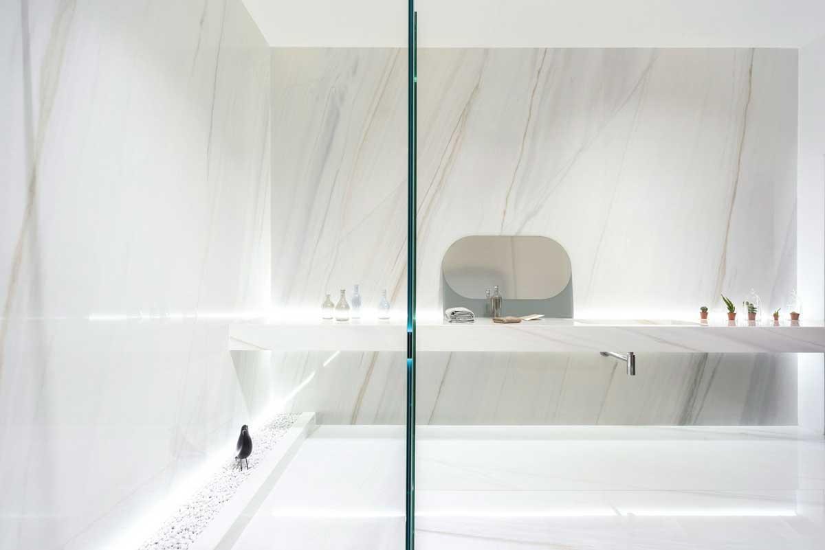 AR_showroom_ariostea_amb2_bianco_covelano_shiny_bathroom
